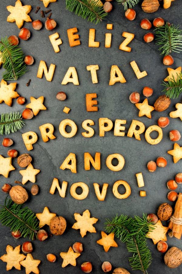 FELIZ NATAL-PLÄTZCHEN Wörter frohe Weihnachten und guten Rutsch ins Neue Jahr-en-Portugiese mit gebackenen Plätzchen, Weihnachtsd stockbilder