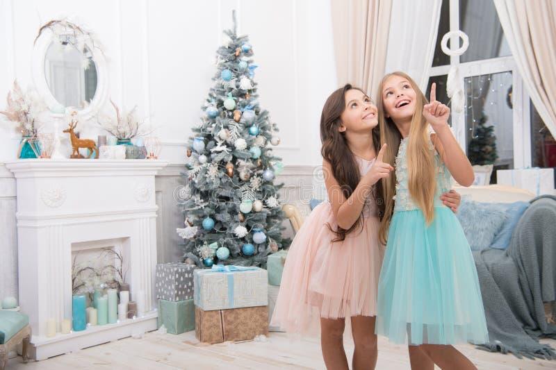 Feliz Natal a você A criança aprecia o feriado Ano novo feliz Inverno compra em linha do xmas Feriado da família Natal fotos de stock