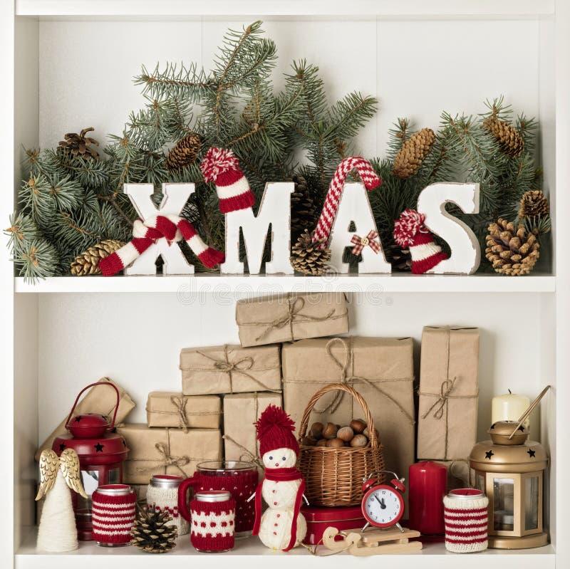 Feliz Natal! XMAS de madeira das letras em chapéus e no lenço feitos malha mim fotografia de stock
