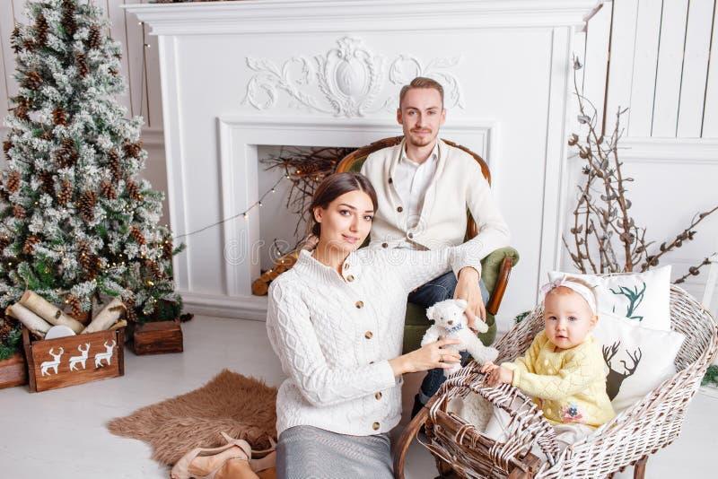 Feliz Navidad de la familia cariñosa y Feliz Año Nuevo Gente bonita alegre Mamá, papá y pequeña hija Padres y imagen de archivo libre de regalías