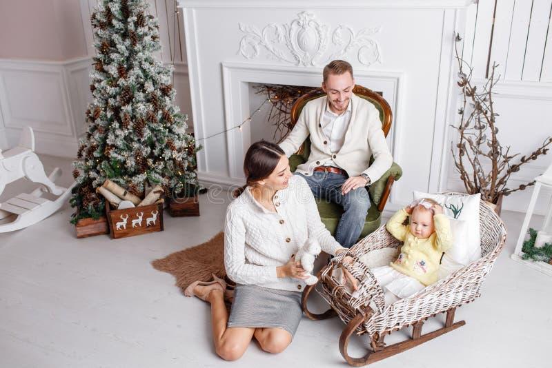 Feliz Navidad de la familia cariñosa y Feliz Año Nuevo Gente bonita alegre Mamá, papá y pequeña hija Padres y imagen de archivo