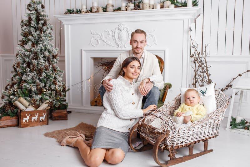 Feliz Navidad de la familia cariñosa y Feliz Año Nuevo Gente bonita alegre Mamá, papá y pequeña hija Padres y fotos de archivo