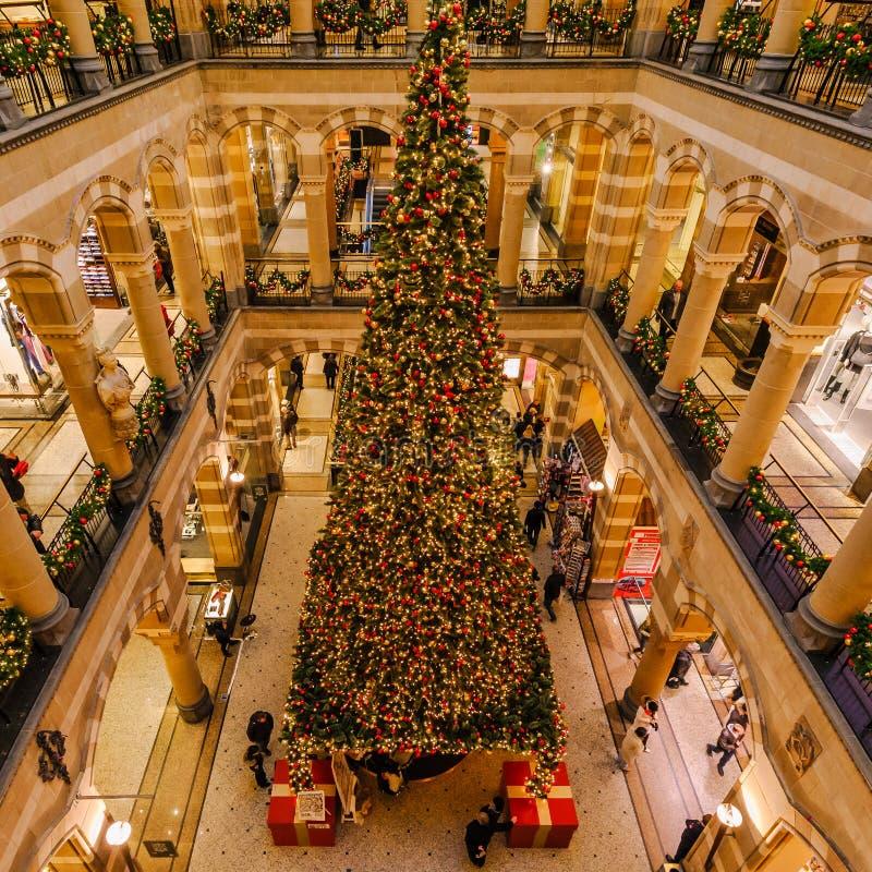 Feliz Navidad de un centro comercial en Amsterdam imagen de archivo libre de regalías
