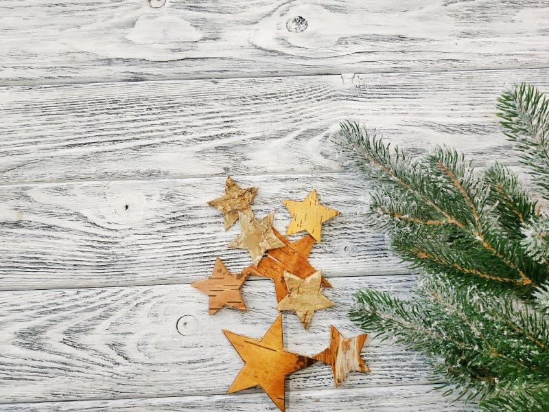 Feliz Navidad - fondo festivo con las estrellas y las ramas hechas a mano del pino imagenes de archivo
