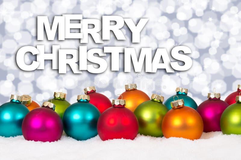 Feliz Navidad nieve colorida w de la decoración del fondo de muchas bolas imagen de archivo