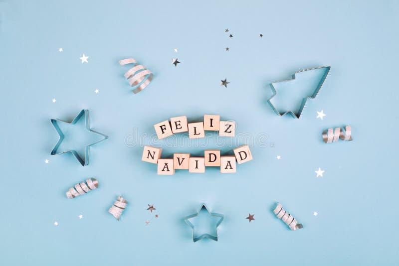 Feliz Navidad-tekst op pastelkleur blauwe achtergrond stock afbeelding
