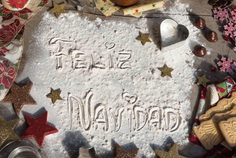 Feliz Navidad, texto espanhol feito com a farinha, cercada por Chris fotografia de stock