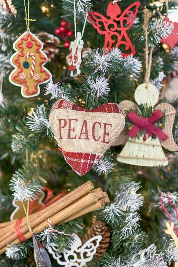 Feliz Navidad y Feliz Año Nuevo Árbol de navidad Corazón con paz de la inscripción imagenes de archivo