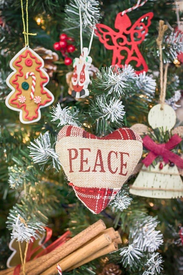 Feliz Navidad y Feliz Año Nuevo Árbol de navidad Corazón con paz de la inscripción fotos de archivo libres de regalías
