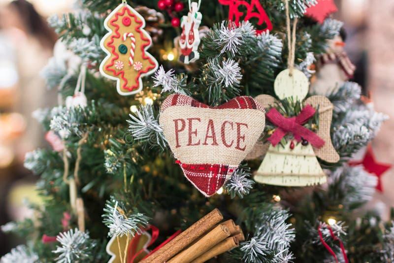 Feliz Navidad y Feliz Año Nuevo Árbol de navidad Corazón con paz de la inscripción imagen de archivo libre de regalías