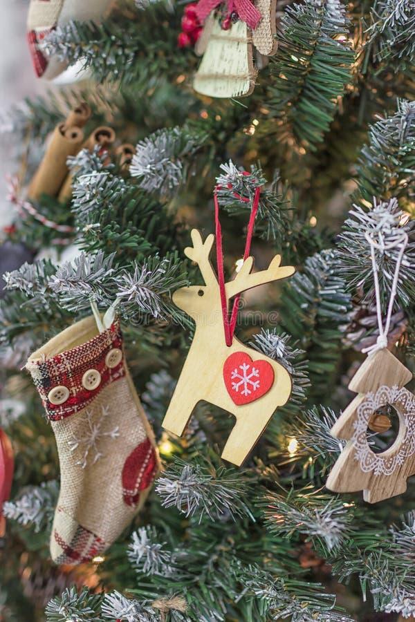 Feliz Navidad y Feliz Año Nuevo Árbol de navidad decoraciones del vintage imagen de archivo
