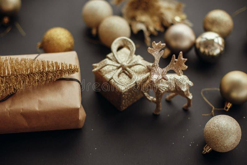 Feliz Navidad y Feliz Año Nuevo Árbol del oro de la Navidad, regalo BO imagenes de archivo
