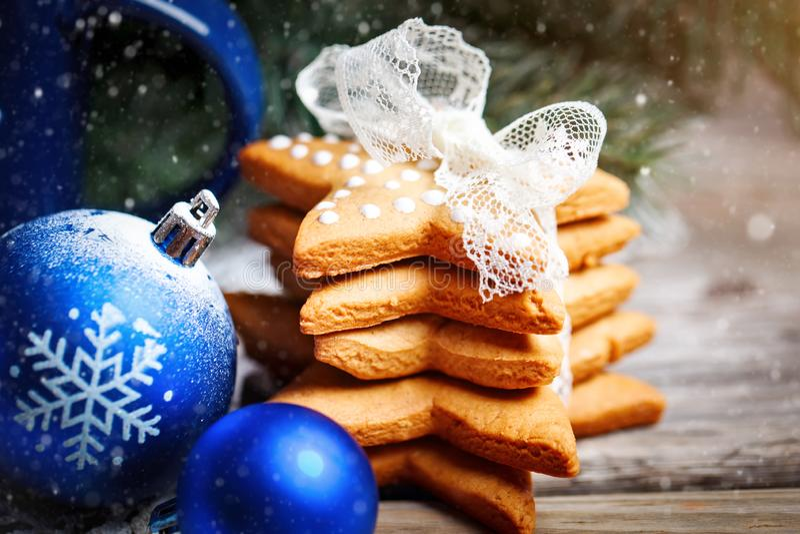 Feliz Navidad y Feliz Año Nuevo Cacao de la taza, galletas, regalos y ramas del abeto en una tabla de madera Foco selectivo imagen de archivo