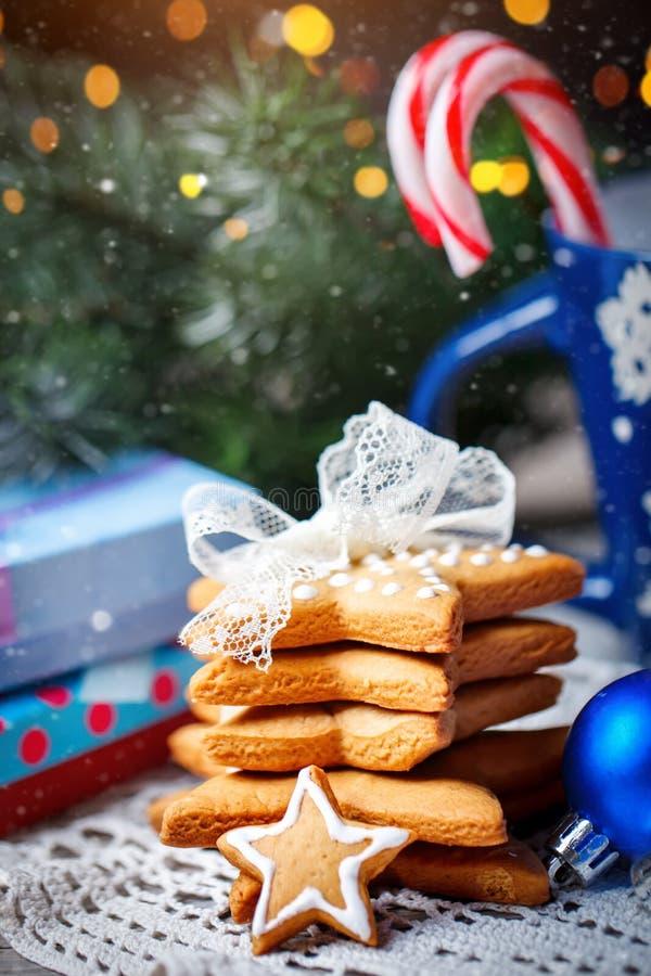 Feliz Navidad y Feliz Año Nuevo Cacao de la taza, galletas, regalos y ramas del abeto en una tabla de madera Foco selectivo fotos de archivo