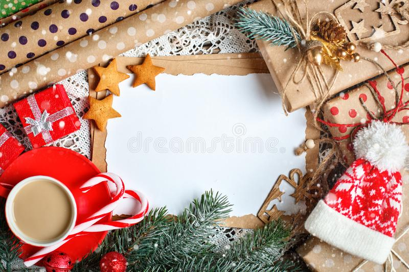 Feliz Navidad y Feliz Año Nuevo Cacao de la taza, galletas, regalos y ramas del abeto en una tabla de madera Foco selectivo imágenes de archivo libres de regalías
