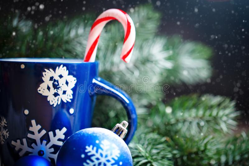 Feliz Navidad y Feliz Año Nuevo Cacao de la taza, regalos y ramas del abeto en una tabla de madera Foco selectivo Navidad foto de archivo libre de regalías