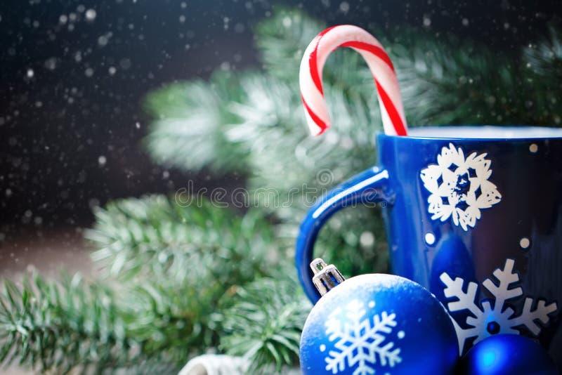 Feliz Navidad y Feliz Año Nuevo Cacao de la taza, regalos y ramas del abeto en una tabla de madera Foco selectivo Navidad foto de archivo