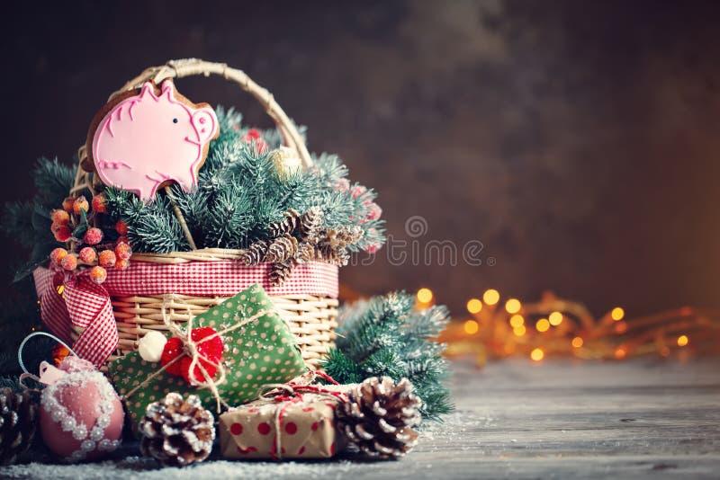 Feliz Navidad y Feliz Año Nuevo Cesta con los juguetes de la Navidad y los regalos de la Navidad en un fondo de madera fotos de archivo