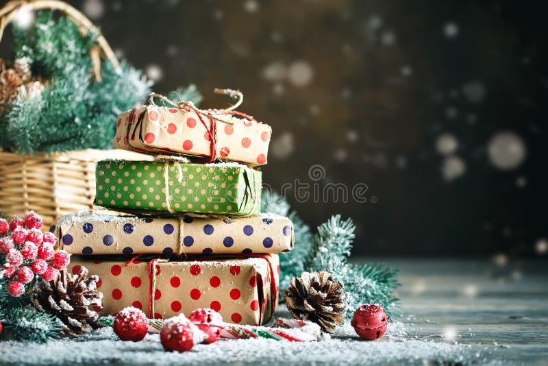 Feliz Navidad y Feliz Año Nuevo Cesta con los juguetes de la Navidad y los regalos de la Navidad en un fondo de madera foto de archivo libre de regalías