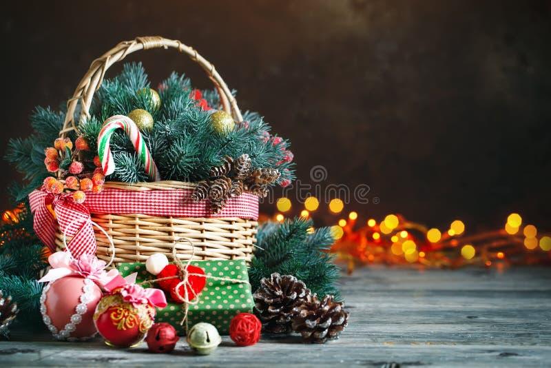 Feliz Navidad y Feliz Año Nuevo Cesta con los juguetes de la Navidad y los regalos de la Navidad en un fondo de madera imagen de archivo libre de regalías