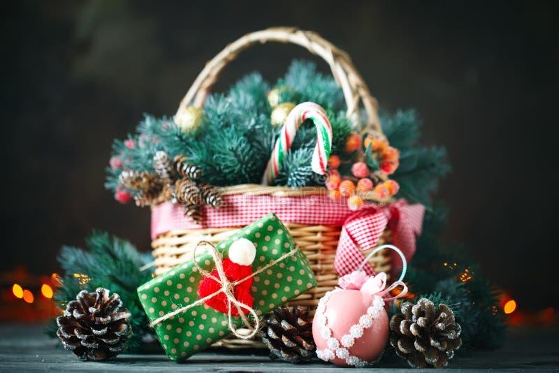 Feliz Navidad y Feliz Año Nuevo Cesta con los juguetes de la Navidad y los regalos de la Navidad en un fondo de madera fotografía de archivo libre de regalías