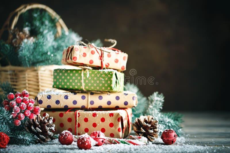 Feliz Navidad y Feliz Año Nuevo Cesta con los juguetes de la Navidad y los regalos de la Navidad en un fondo de madera foto de archivo