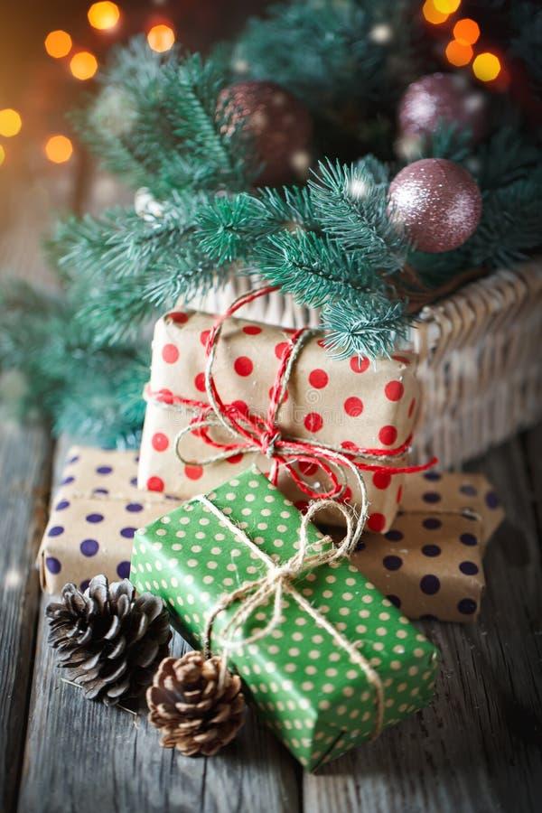 Feliz Navidad y Feliz Año Nuevo Cesta con los juguetes de la Navidad y los regalos de la Navidad en un fondo de madera fotos de archivo libres de regalías