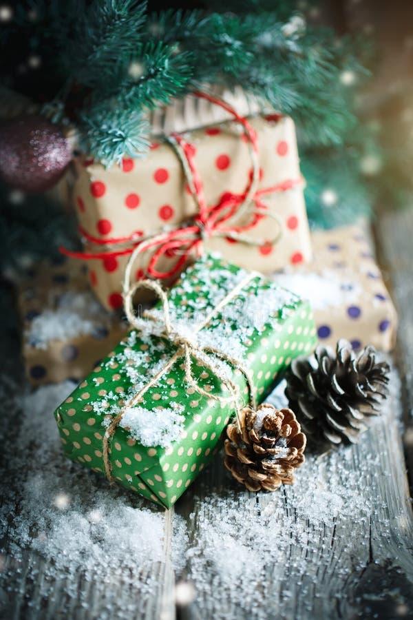 Feliz Navidad y Feliz Año Nuevo Cesta con los juguetes de la Navidad y los regalos de la Navidad en un fondo de madera imagen de archivo