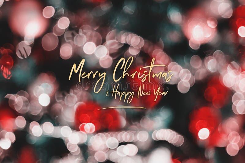 Feliz Navidad y Feliz Año Nuevo en bola abstracta de la decoración de la falta de definición y secuencia ligera en el árbol de na fotos de archivo libres de regalías
