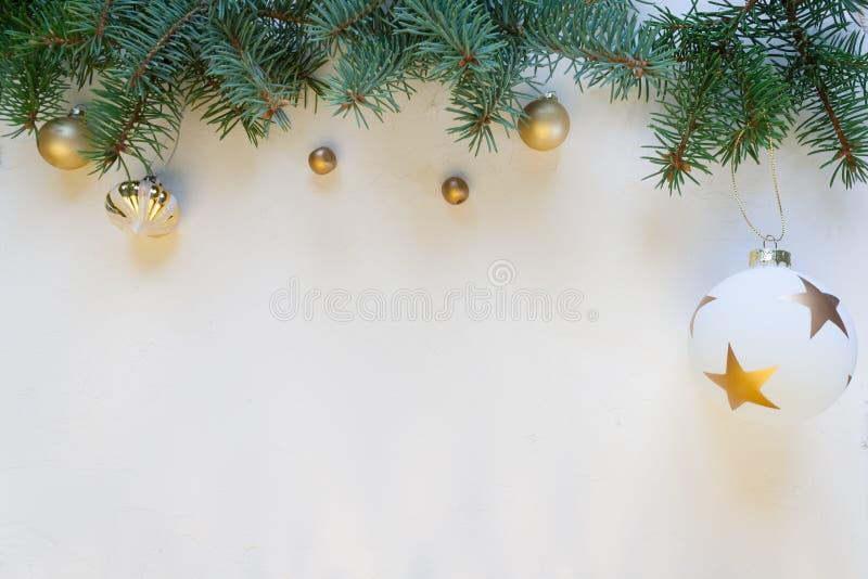 Feliz Navidad y Feliz Año Nuevo, fondo blanco imágenes de archivo libres de regalías