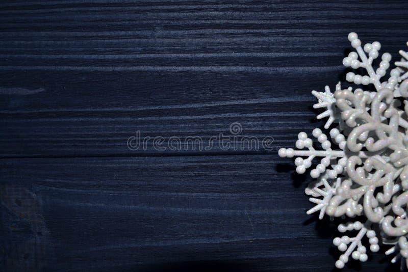 Feliz Navidad y Feliz Año Nuevo Fondo del minimalismo Fondo de madera oscuro fotos de archivo libres de regalías