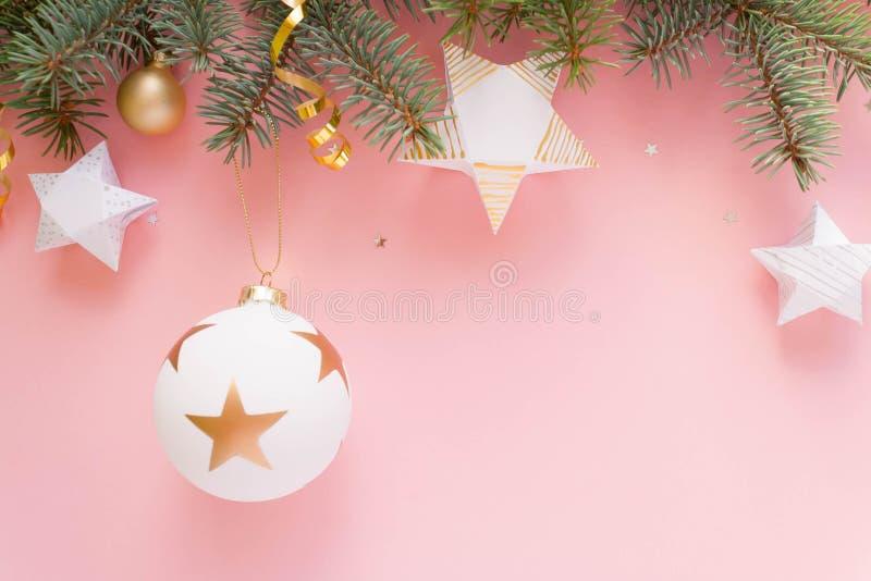 Feliz Navidad y Feliz Año Nuevo Fondo rosado imagenes de archivo