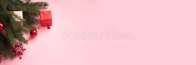 Feliz Navidad y Feliz Año Nuevo Fondo rosado imágenes de archivo libres de regalías
