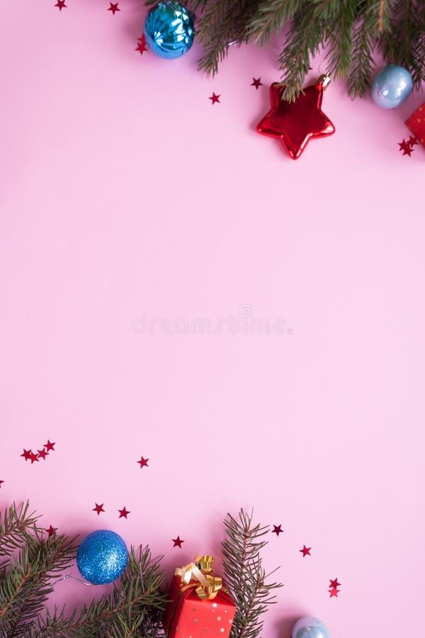 Feliz Navidad y Feliz Año Nuevo Fondo rosado foto de archivo libre de regalías