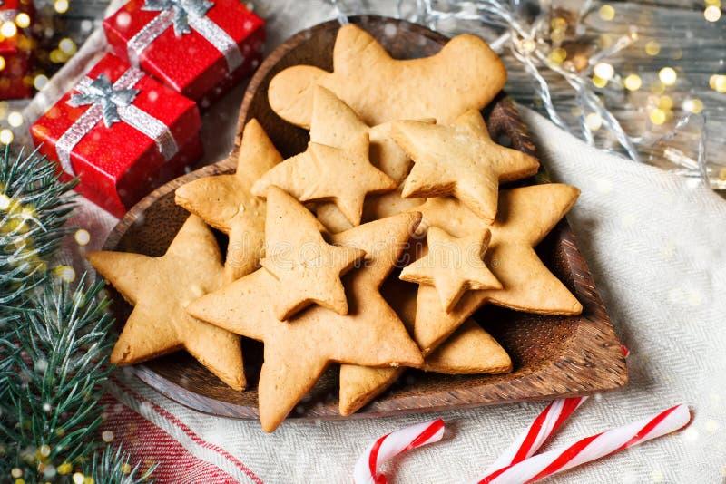 Feliz Navidad y Feliz Año Nuevo Galletas, regalos y ramas del abeto en una tabla de madera Foco selectivo Navidad fotos de archivo libres de regalías