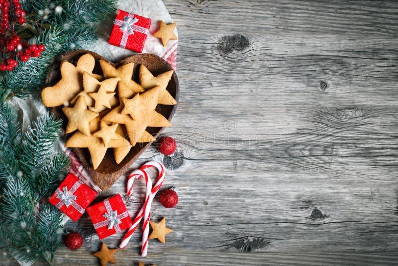 Feliz Navidad y Feliz Año Nuevo Galletas, regalos y ramas del abeto en una tabla de madera Foco selectivo Navidad fotografía de archivo libre de regalías