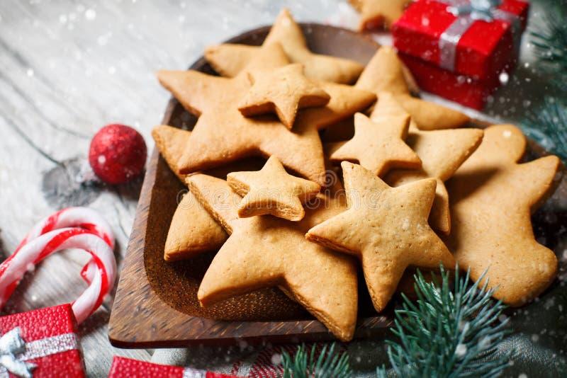 Feliz Navidad y Feliz Año Nuevo Galletas, regalos y ramas del abeto en una tabla de madera Foco selectivo Navidad imagen de archivo