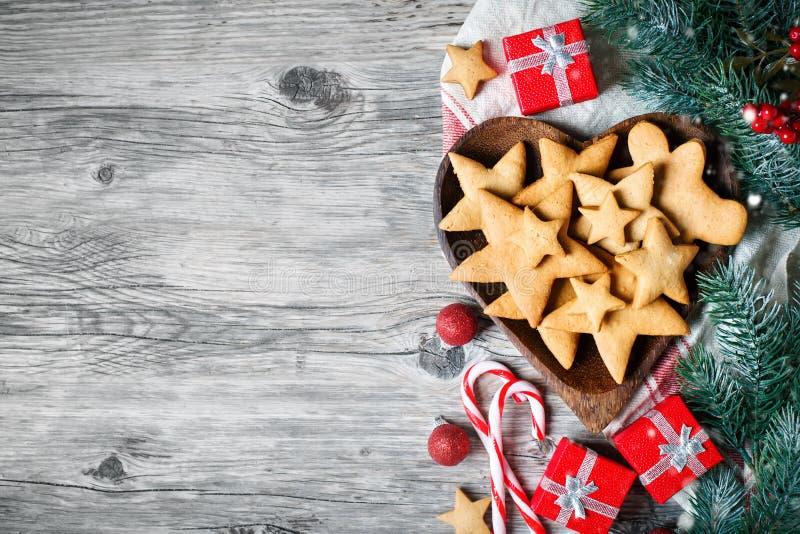 Feliz Navidad y Feliz Año Nuevo Galletas, regalos y ramas del abeto en una tabla de madera Foco selectivo Navidad imagen de archivo libre de regalías