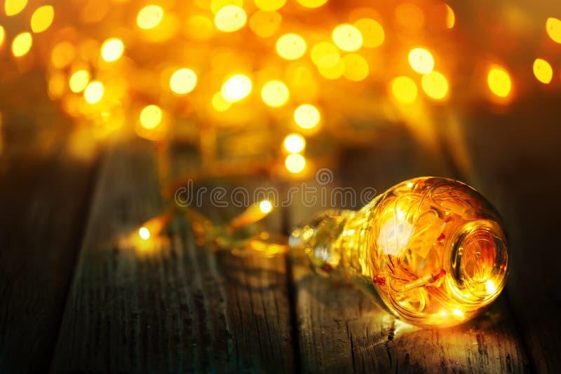 Feliz Navidad y Feliz Año Nuevo Guirnalda de la Navidad en un tarro de cristal en una tabla de madera Foco selectivo fotos de archivo libres de regalías