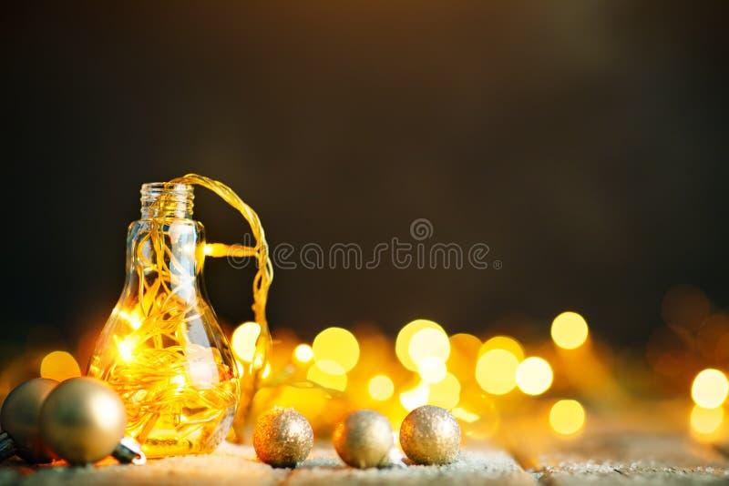 Feliz Navidad y Feliz Año Nuevo Guirnalda de la Navidad en un tarro de cristal en una tabla de madera Foco selectivo foto de archivo libre de regalías