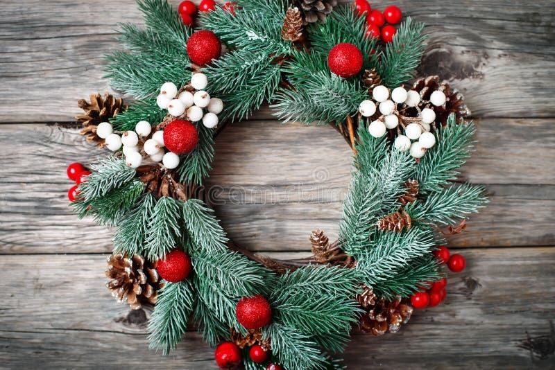 Feliz Navidad y Feliz Año Nuevo Guirnalda decorativa de la Navidad en fondo de madera Fondo con el espacio de la copia imagen de archivo