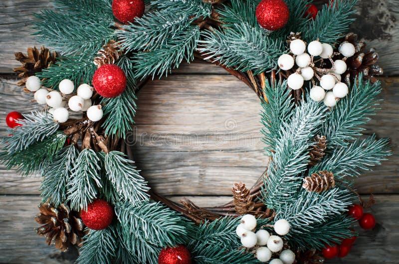 Feliz Navidad y Feliz Año Nuevo Guirnalda decorativa de la Navidad en fondo de madera Fondo con el espacio de la copia imágenes de archivo libres de regalías