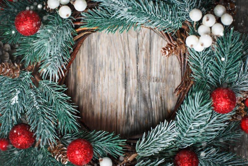 Feliz Navidad y Feliz Año Nuevo Guirnalda decorativa de la Navidad en fondo de madera Fondo con el espacio de la copia fotos de archivo
