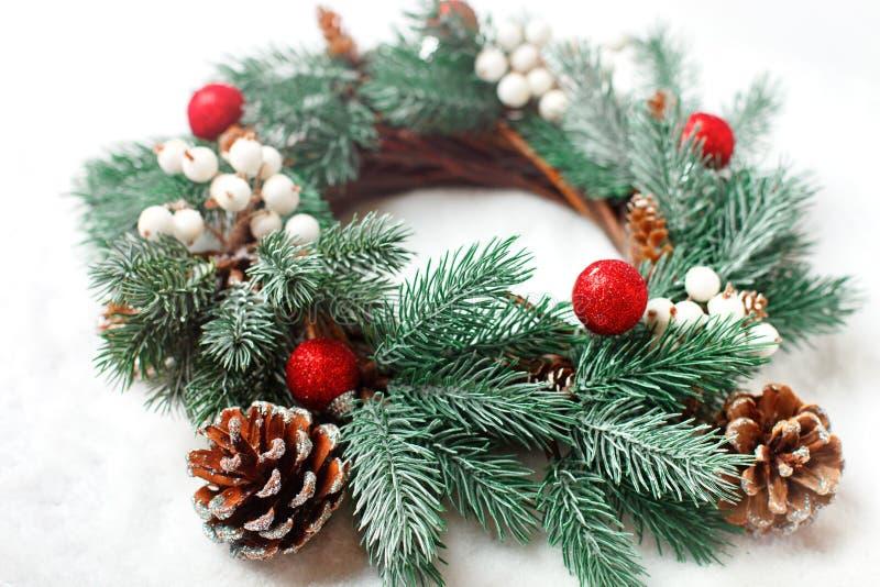 Feliz Navidad y Feliz Año Nuevo Guirnalda decorativa de la Navidad en un fondo ligero Fondo con el espacio de la copia imagen de archivo
