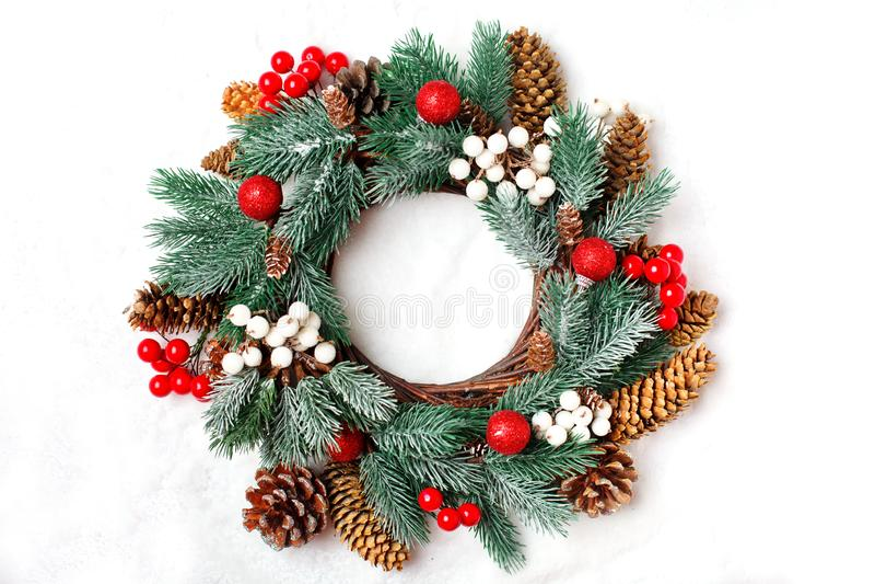 Feliz Navidad y Feliz Año Nuevo Guirnalda decorativa de la Navidad en un fondo ligero Fondo con el espacio de la copia tapa imagen de archivo