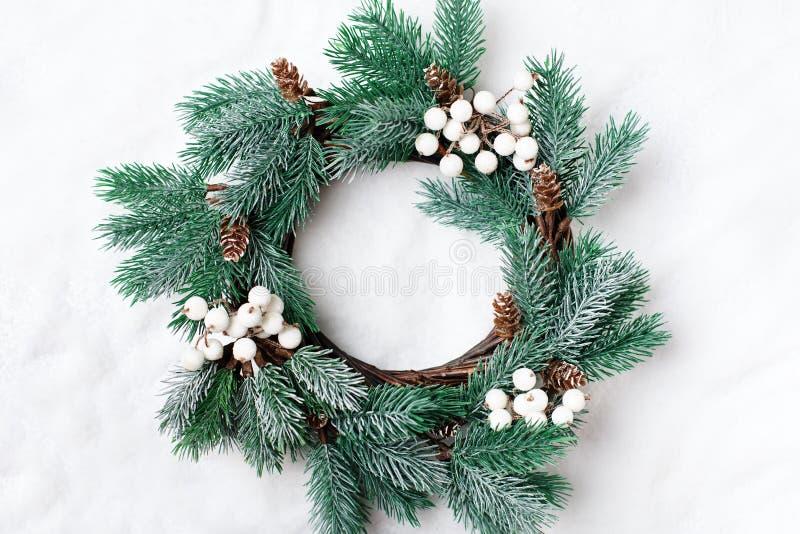 Feliz Navidad y Feliz Año Nuevo Guirnalda decorativa de la Navidad en un fondo ligero Fondo con el espacio de la copia tapa fotografía de archivo