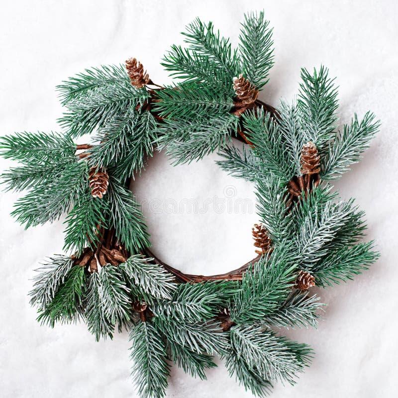 Feliz Navidad y Feliz Año Nuevo Guirnalda decorativa de la Navidad en un fondo ligero Fondo con el espacio de la copia tapa imagen de archivo libre de regalías