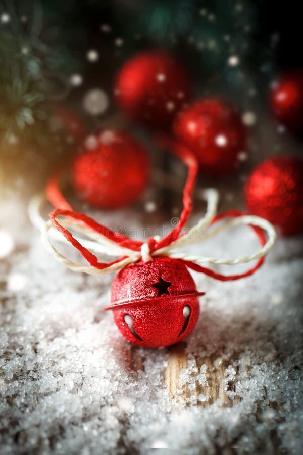 Feliz Navidad y Feliz Año Nuevo Juguetes y árbol de navidad de la Navidad en fondo de madera oscuro vertical fotografía de archivo libre de regalías