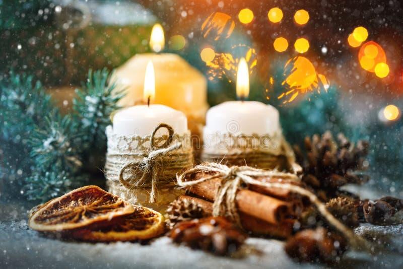 Feliz Navidad y Feliz Año Nuevo Juguetes de la vela y de la Navidad en una tabla de madera Bokeh Foco selectivo imagen de archivo
