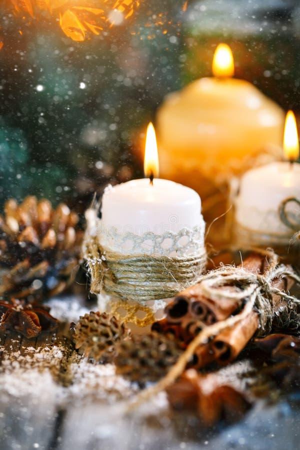 Feliz Navidad y Feliz Año Nuevo Juguetes de la vela y de la Navidad en una tabla de madera Bokeh Foco selectivo fotos de archivo